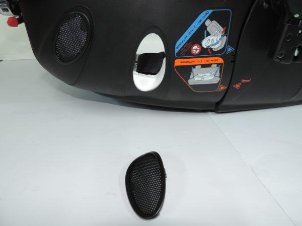 Es el embellecedor grande de la parte de la cabeza con numeración 18836 este embellecedor permite que circule el aire por el interior del capazo.